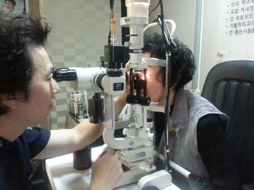 40대 눈이 침침해지는 노안, 라섹 수술로 꽃중년 회복 기사의 사진